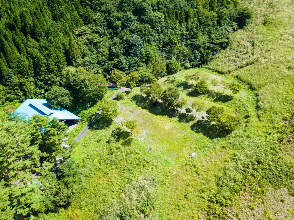 観光地でも別荘地でもない、わずか約40世帯が暮らす集落へ。キャンプの真髄に触れる「母袋キャンプ場」