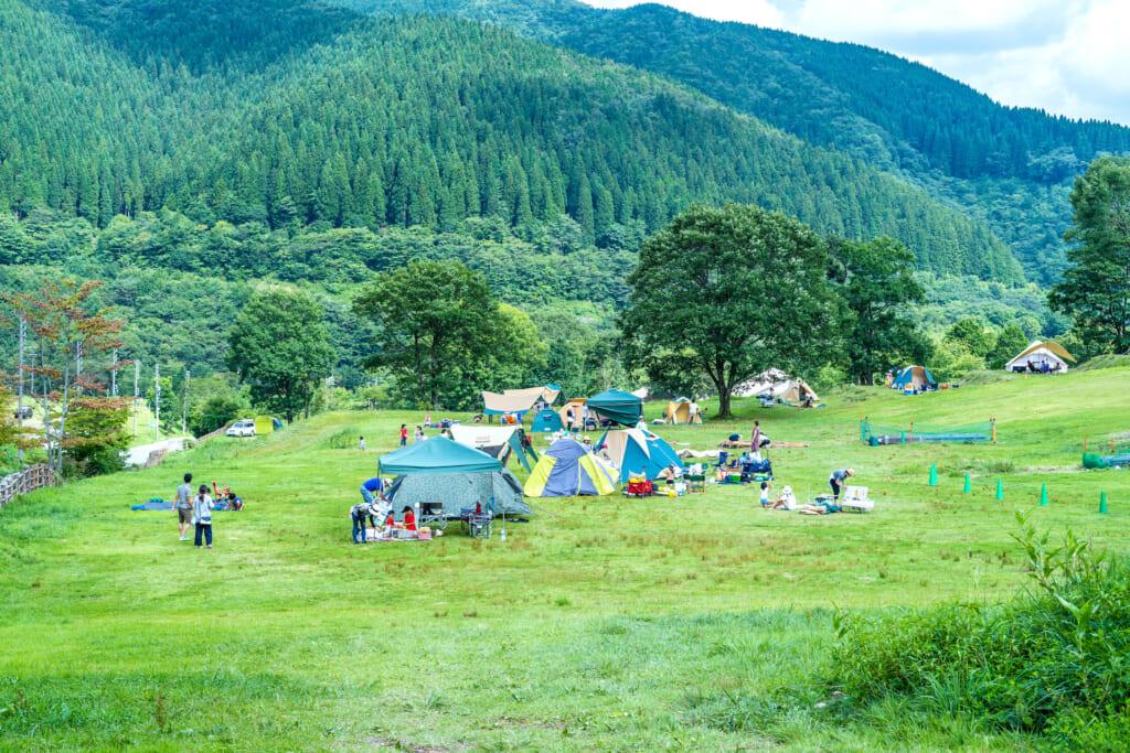 芝サイトに、星空を見る建物型のグランピングにと、種類豊かなサイトが楽しい「めいほう高原キャンプフィールド」 イメージ