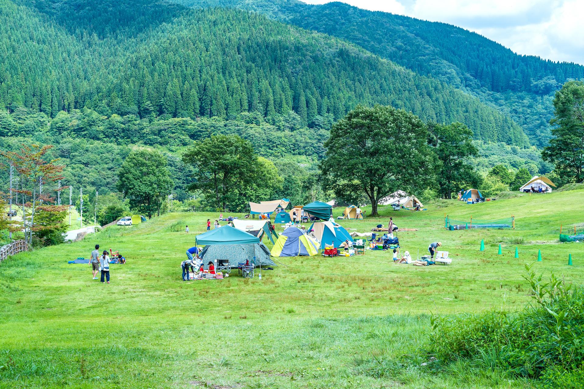 芝サイトに、星空を見る建物型のグランピングにと、種類豊かなサイトが楽しい「めいほう高原キャンプフィールド」