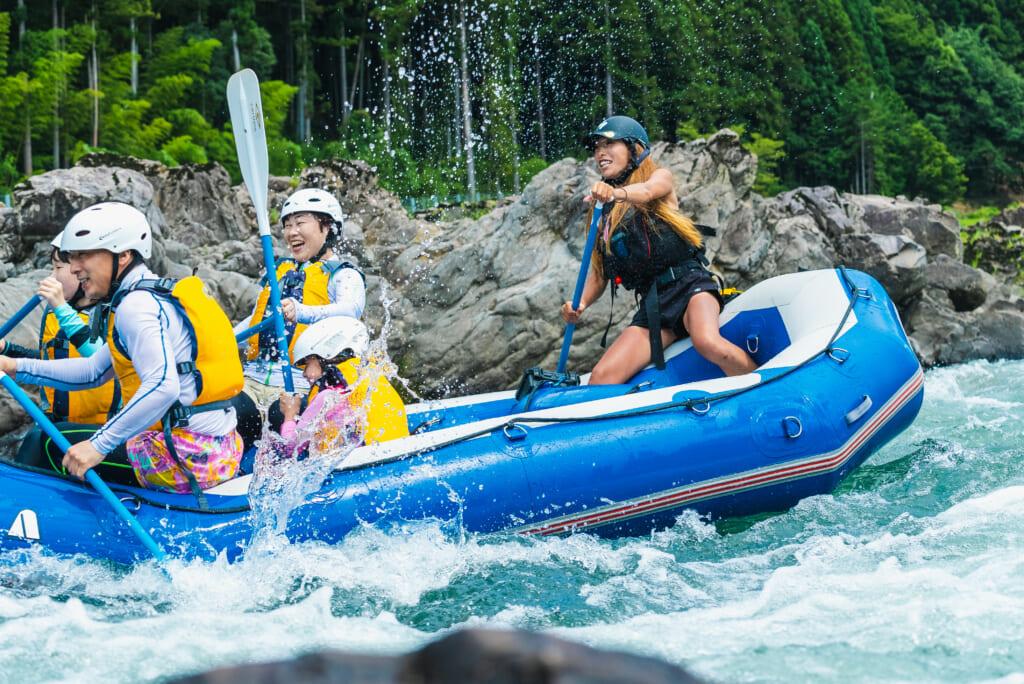 ボートを漕ぐ女性ガイド